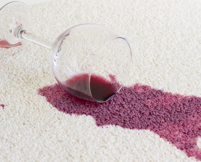 Nettoyer une tache vin sur un tapis